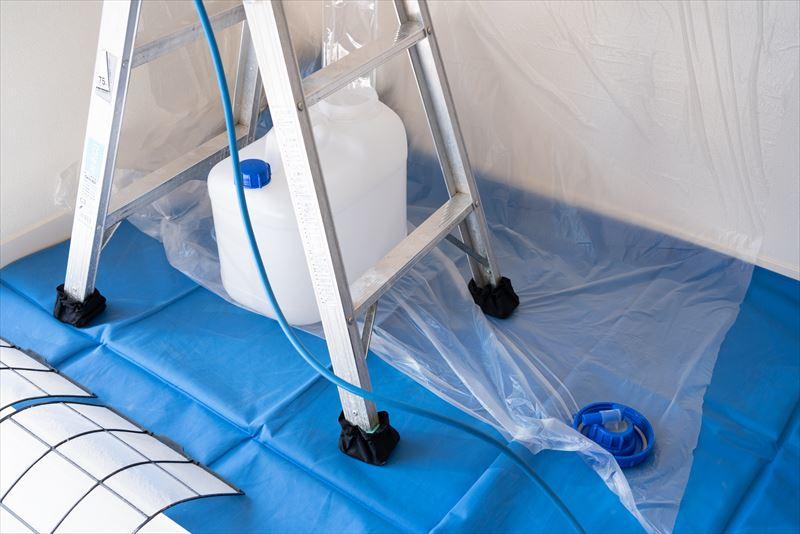 エアピカのエアコンクリーニングはここが違う 脚立にも専用の脚カバーを着用 廃液はフタ付きのポリタンクで安全に移動