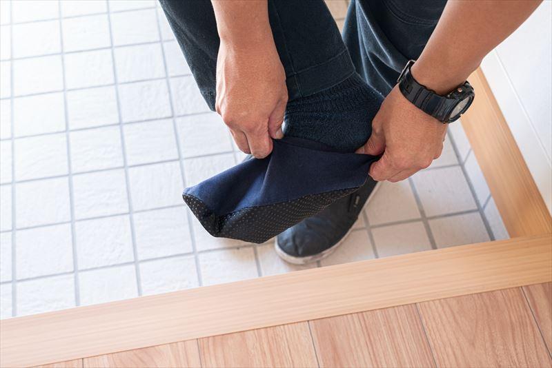 エアピカのエアコンクリーニングはここが違う 専用の靴下カバーを着用