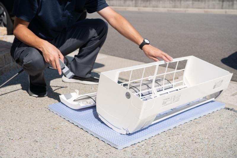 エアピカのエアコンクリーニングはここが違う エアコンの部品はバスマットの上で洗浄